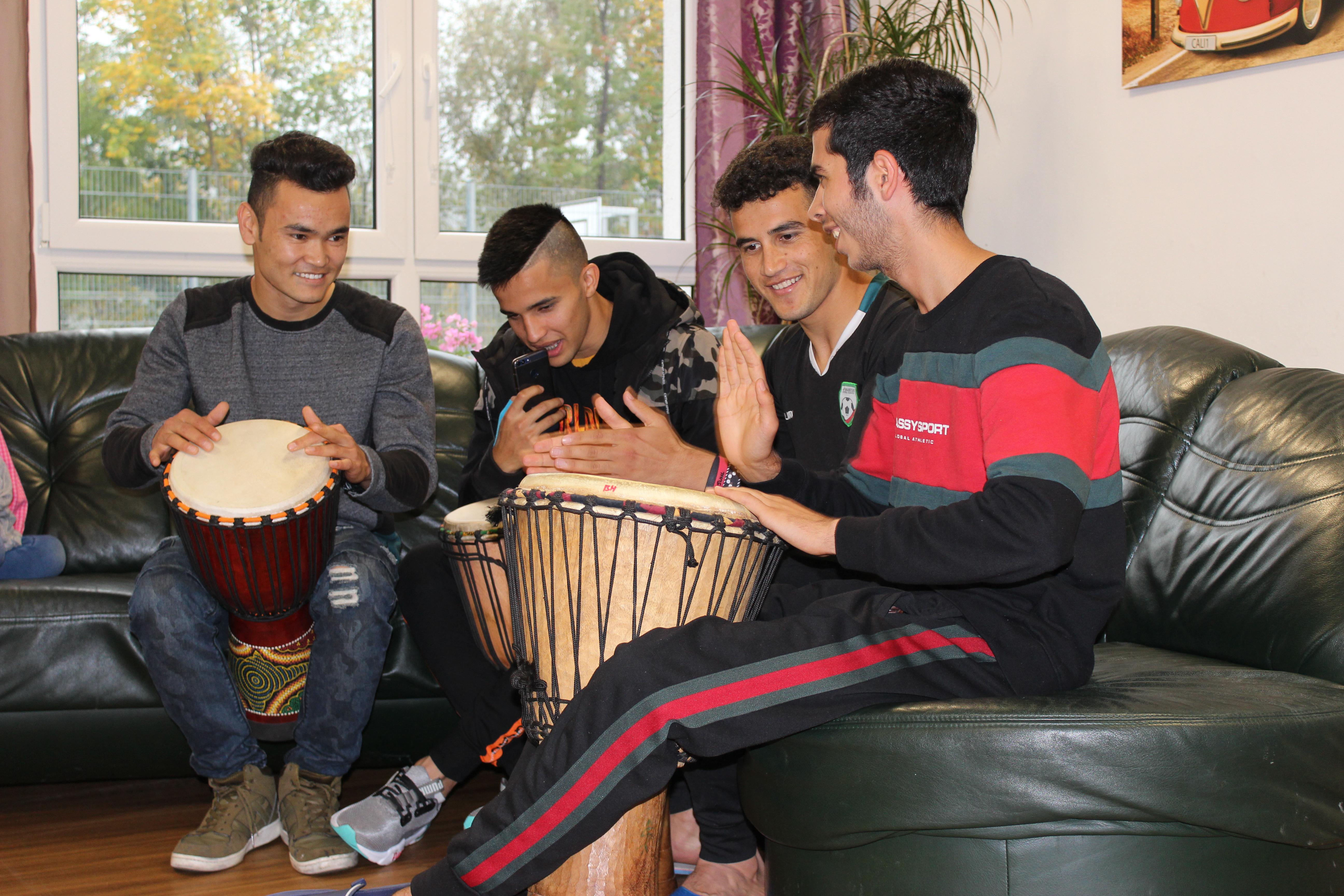 Jugendliche der JHE beim Trommelworkshop