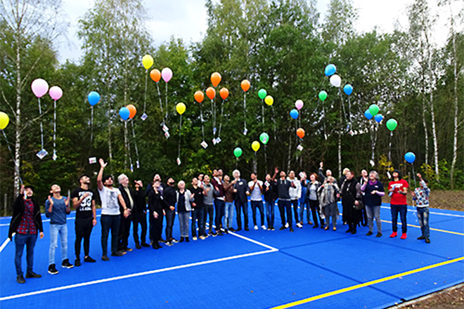Jugendliche lassen Luftballons steigen