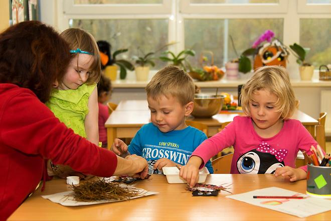 Kinder beim Spielen mit dem Erzieher