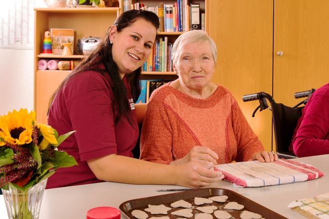 Bewohner und Pfleger im Seniorenheim Zella-Mehlis