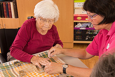 Bewohner und Pfleger beim Backen