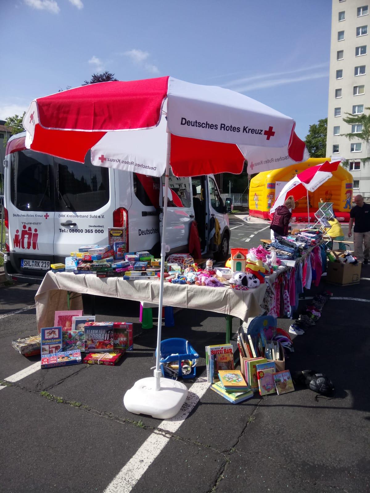 Großes Angebot an Kinderkleidung und Spielsachen
