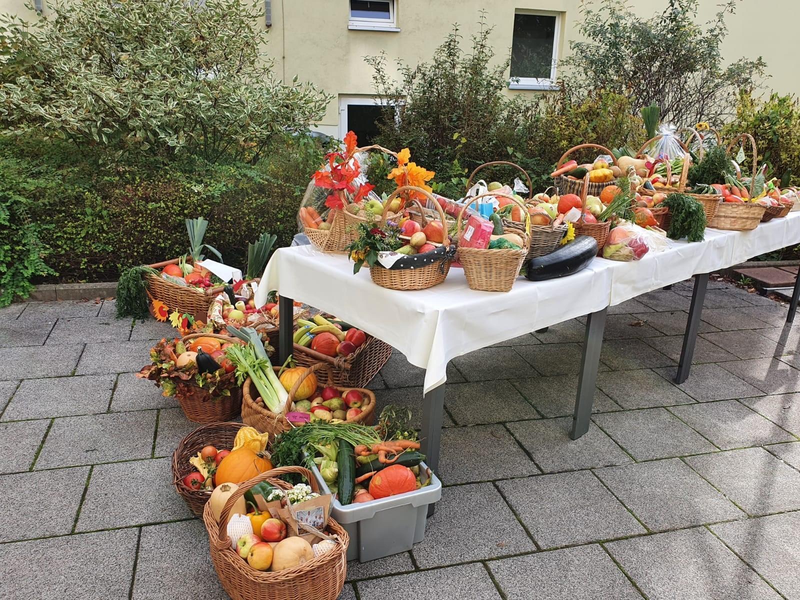 Prall gefüllte Körbe  gabs zum Erntedankfest im Seniorenheim