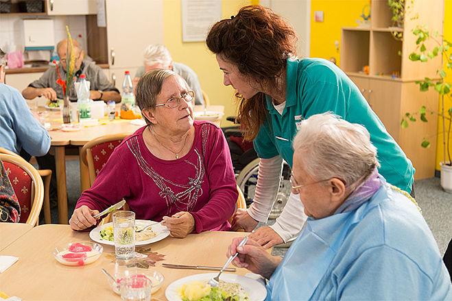 Bewohner einer Einrichtung und ihre Pflegerin