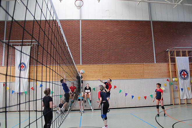 Wasserwachtler beim Volleyball