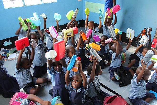 Schulkinder auf Sansbar mit ihren Geschenken