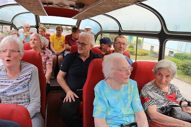 Senioren im Nostalgiebus